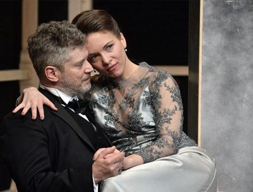 nő ül egy férfi ölében