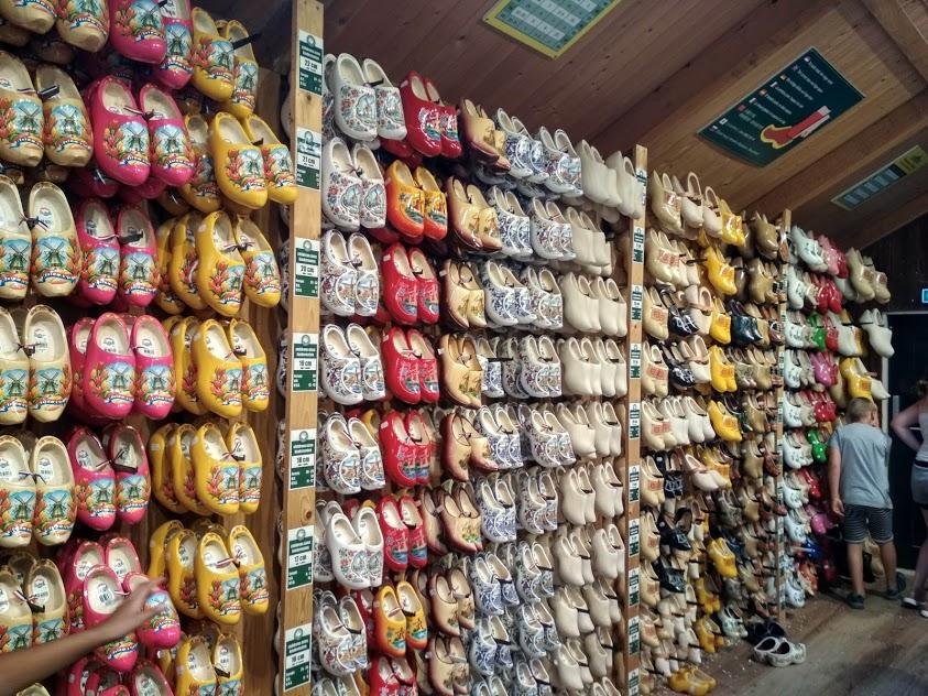 fapapucsok egy boltban