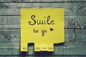 sárga színű papír felirattal és mosolygó fejekkel