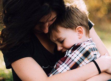 anyuka vigasztalja a kisfiát