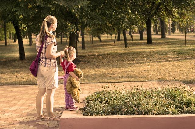 Anya és gyereke sétálnak