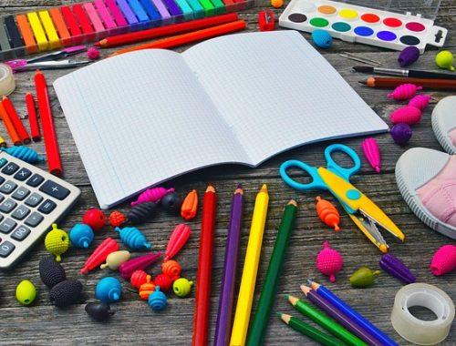 füzet színes ceruzákkal, zsírkrétákkal