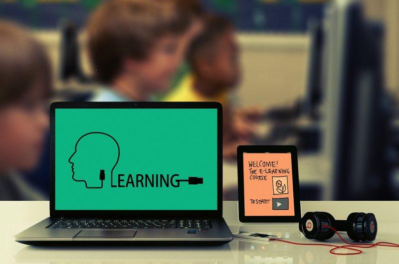 egy laptop és mellette egy tablet