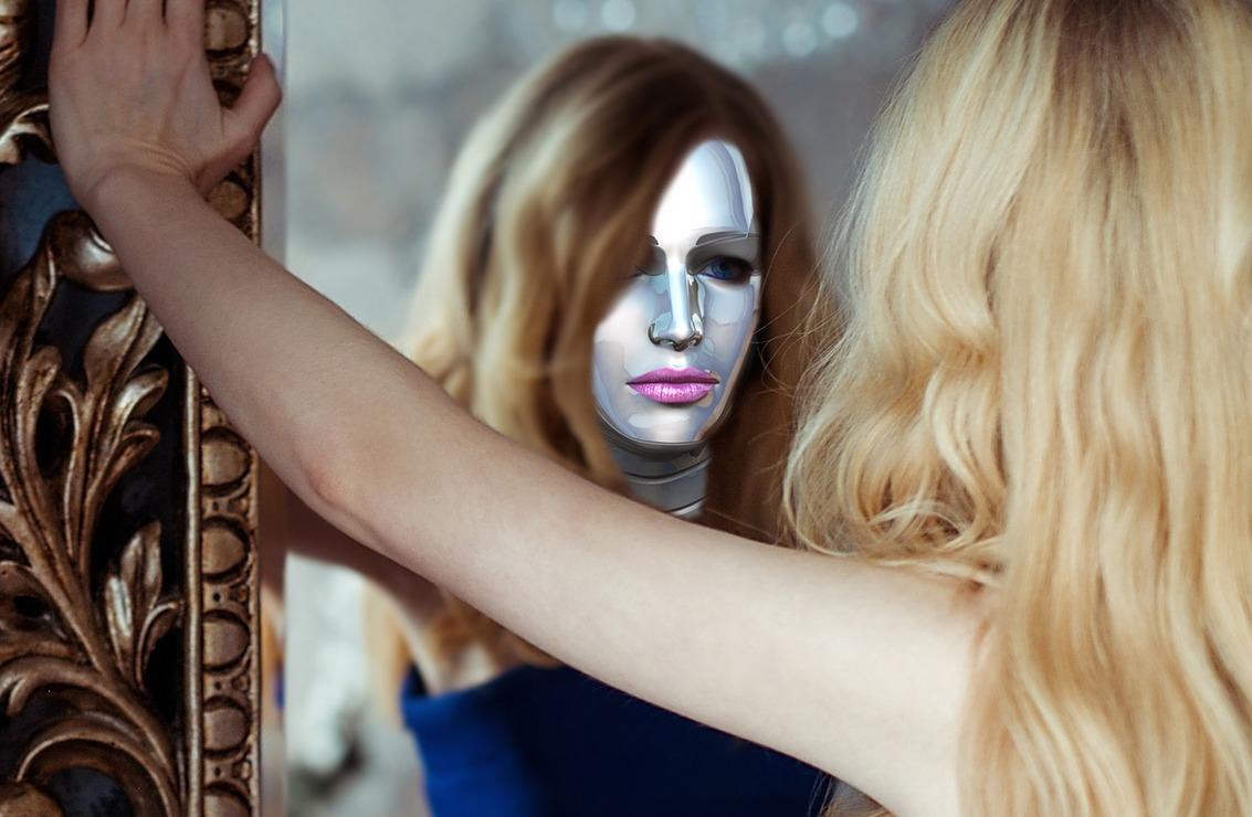 szőke nő maszkban