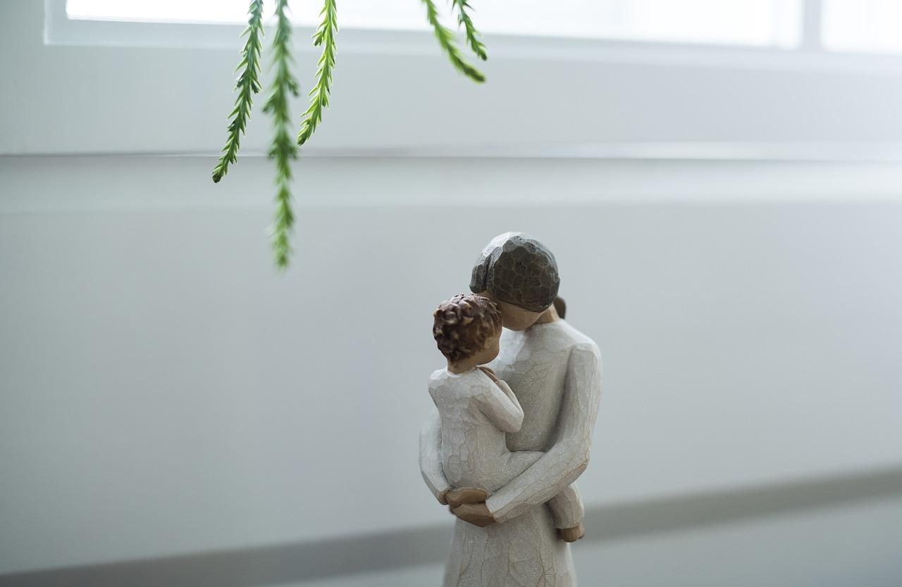 fabábu egy gyerekét karjában tartó anyukáról