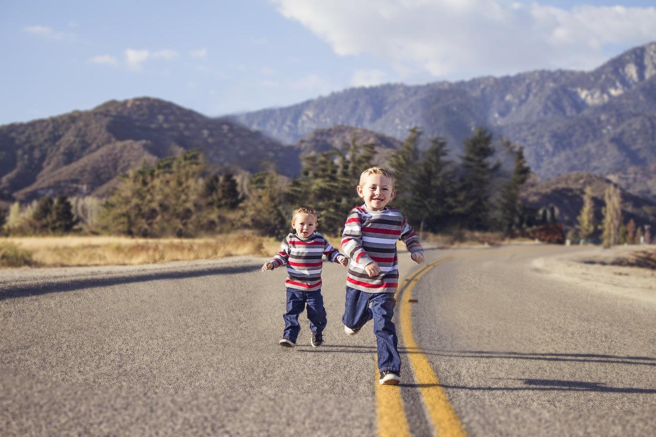 két kisfiú szalad az úton