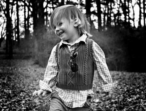 kisfiú az erdőben