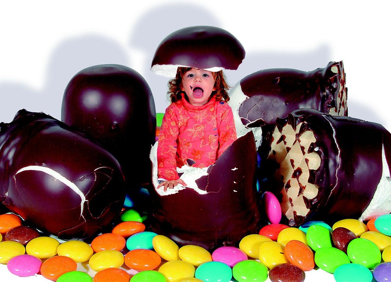 kislány az édességek között