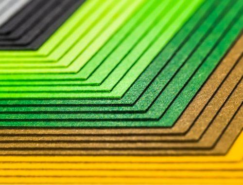 színes papírok egymásra helyezve
