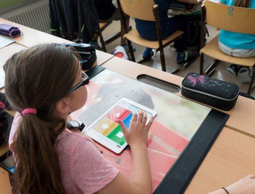 kislány az osztályteremben kvízt old meg