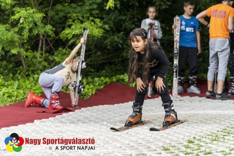 gyerekek nyári sível játszanak