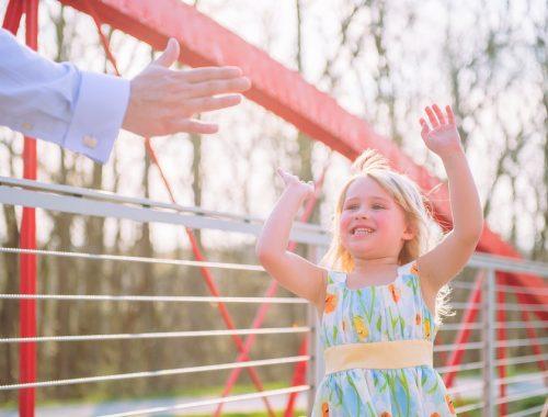 kislány pacsit ad az apukájának
