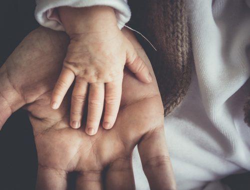 kisbaba kéz az apukája kezén