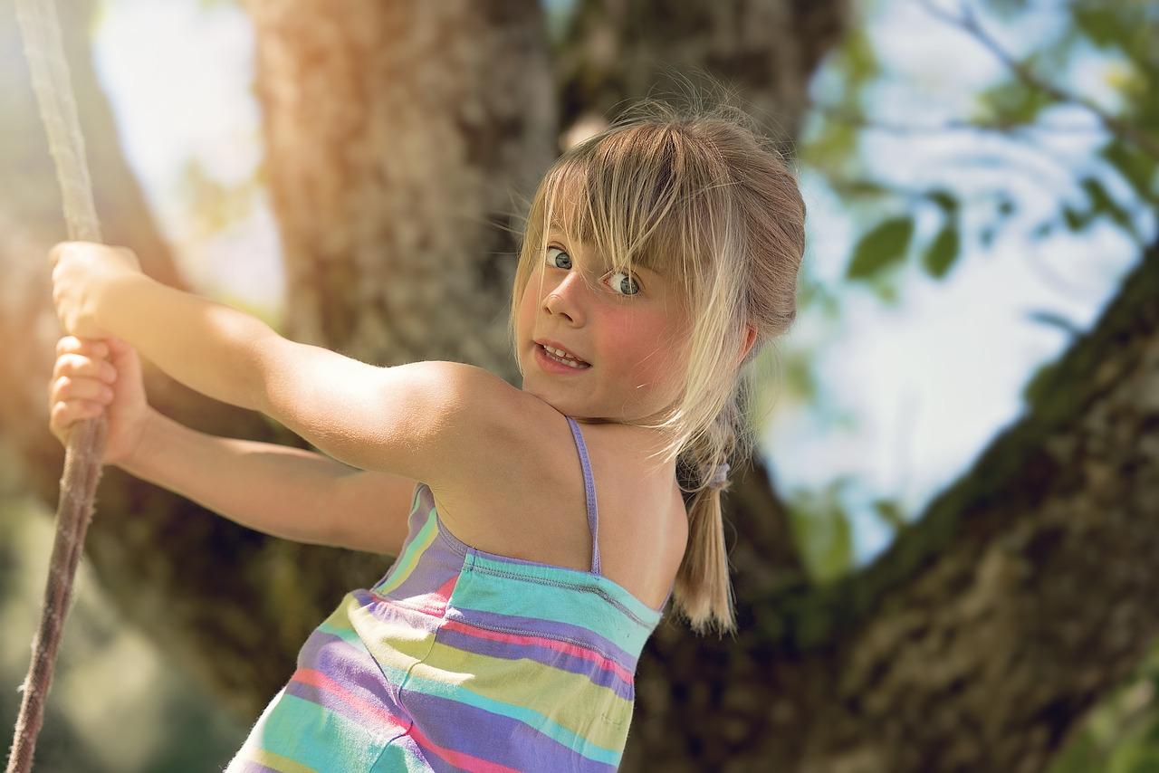 kislány kötélen mászik