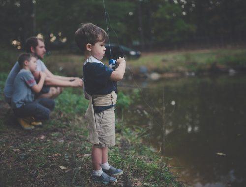 apuka horgászik a két fiával