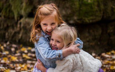 két kislány nevetve megöleli egymást