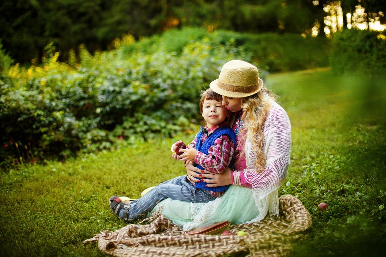 anyuka a kisfiával a kertben