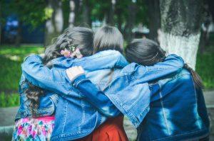 lányok átkarolják egymást
