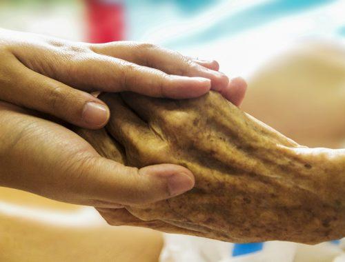 fiatal és idős kéz