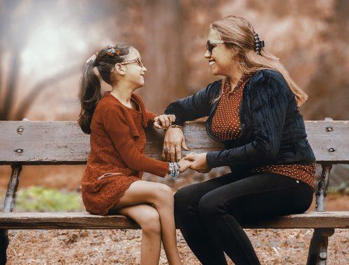 kislány beszélget az anyukájával
