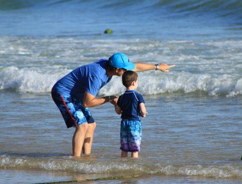 kisfiú tengerparton az apukájával