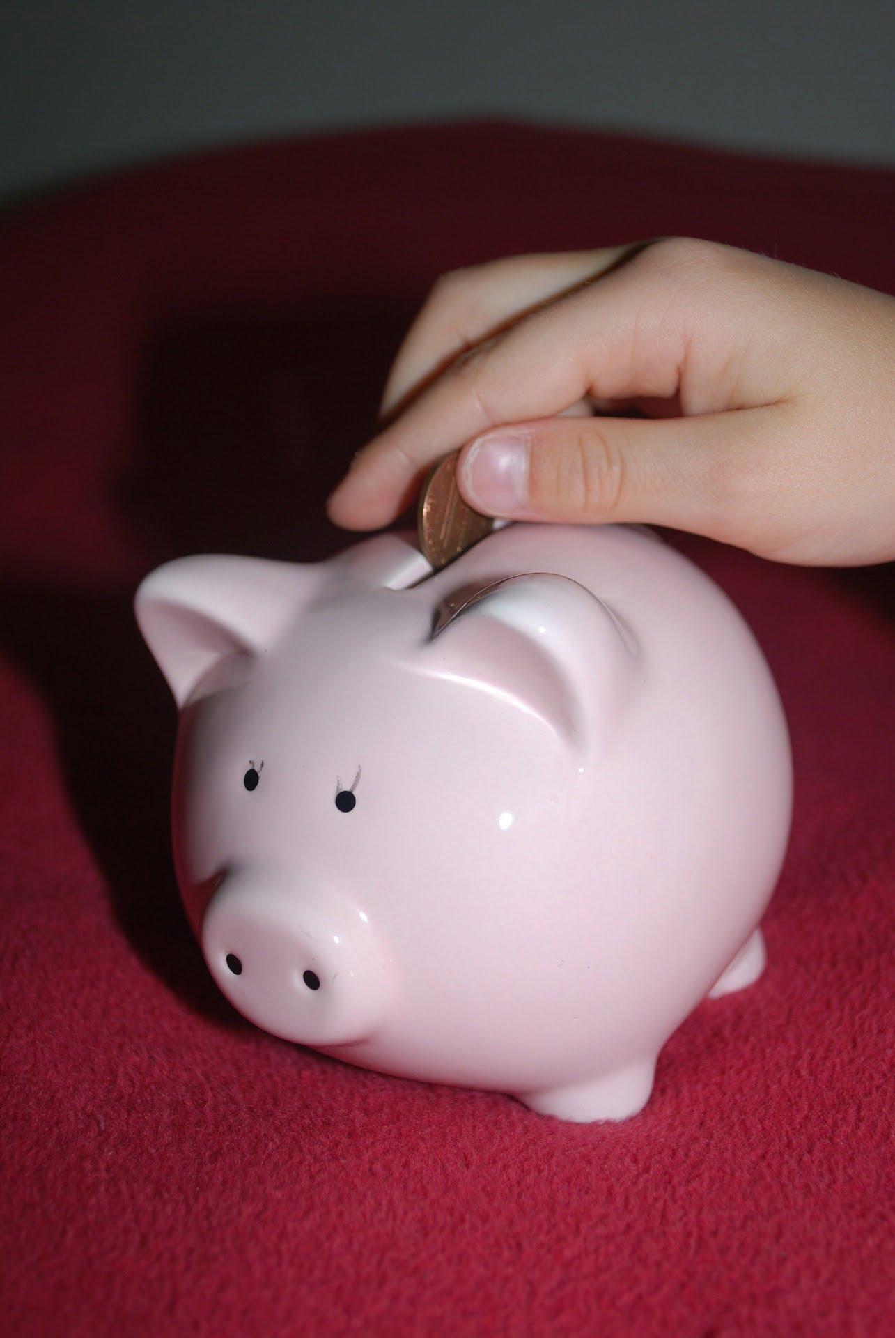 pénzt dobnak egy malacperselybe
