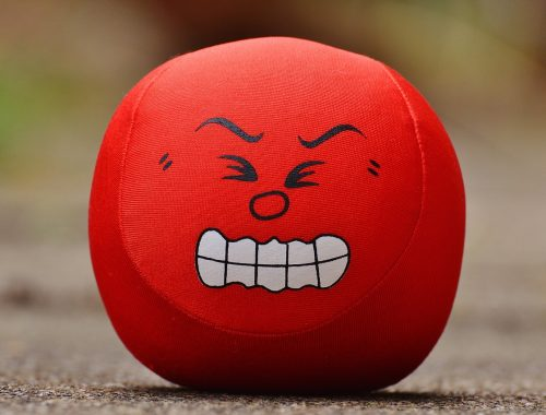 Piros labda agresszív fejjel.