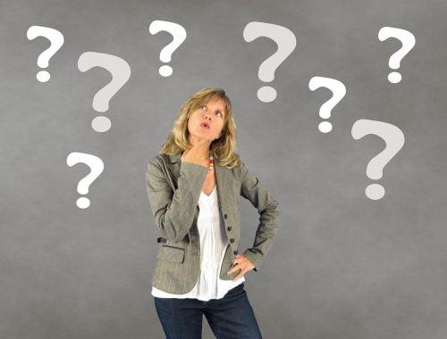 gondolkozó nő, kérdőjelek