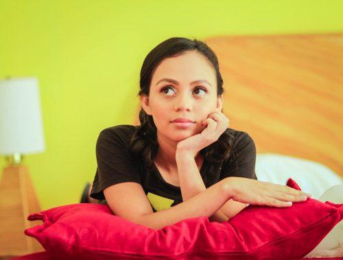 lány gondolkozik az ágyon