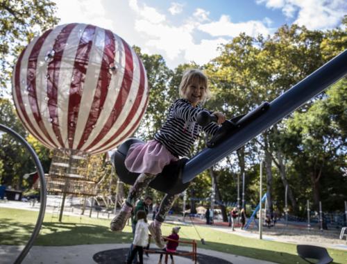 kislány játszik a játszótéren, hőlégballon