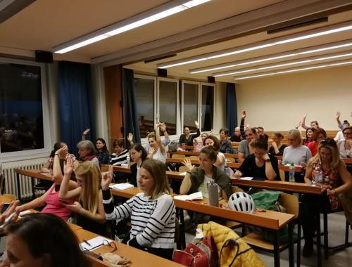 diákok jelentkeznek osztályteremben