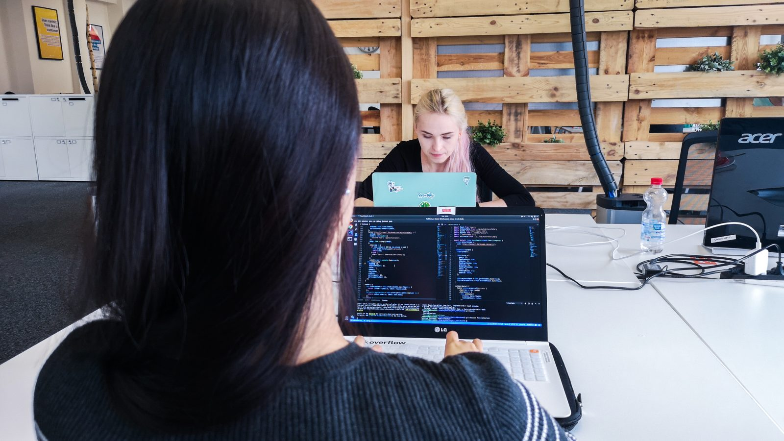 két nő nézi a laptopját