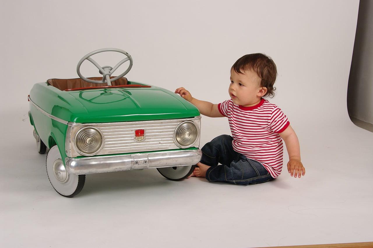 kisgyerek autóval