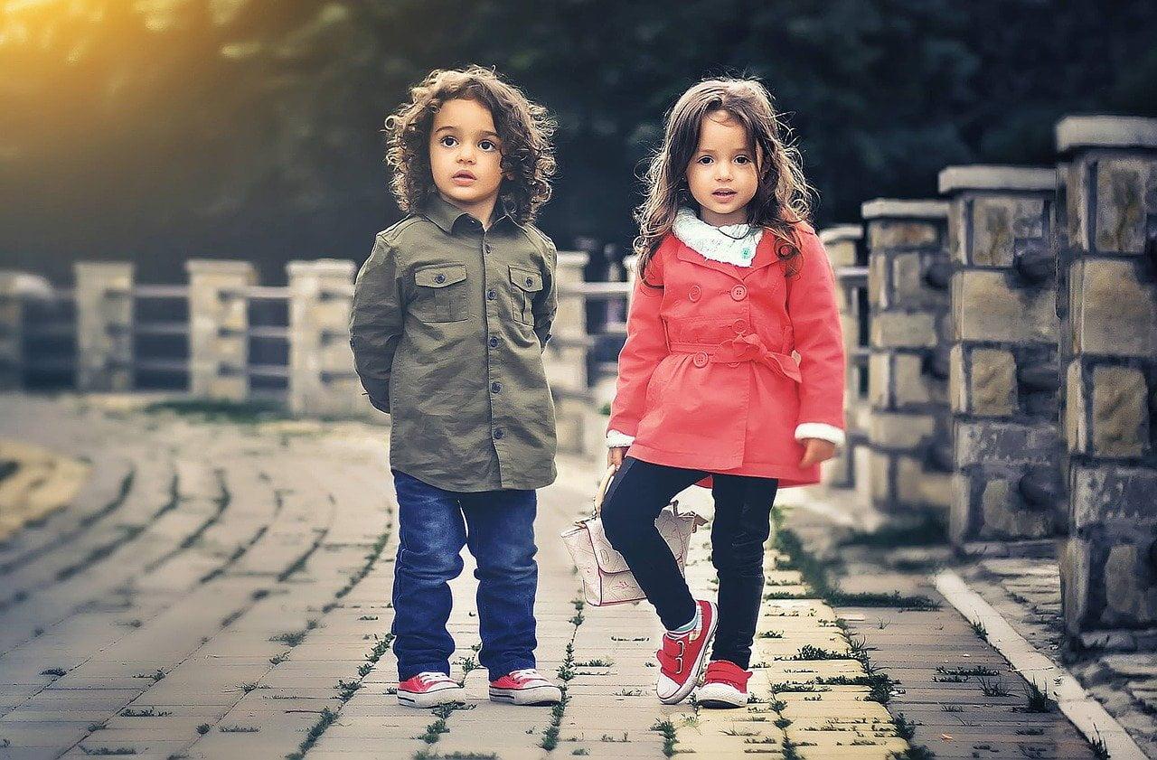 kisfiú és kislány állnak