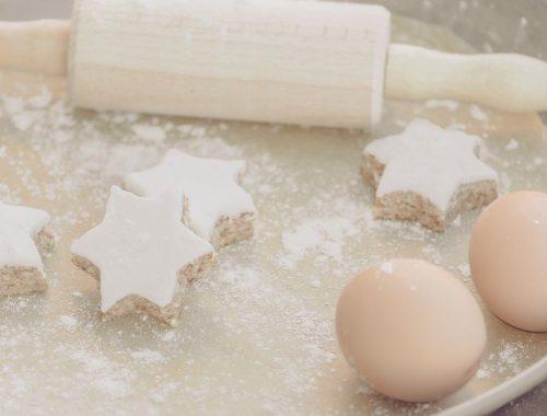 csillag formájú sütemények, cukormázzal bevonva és két tojás