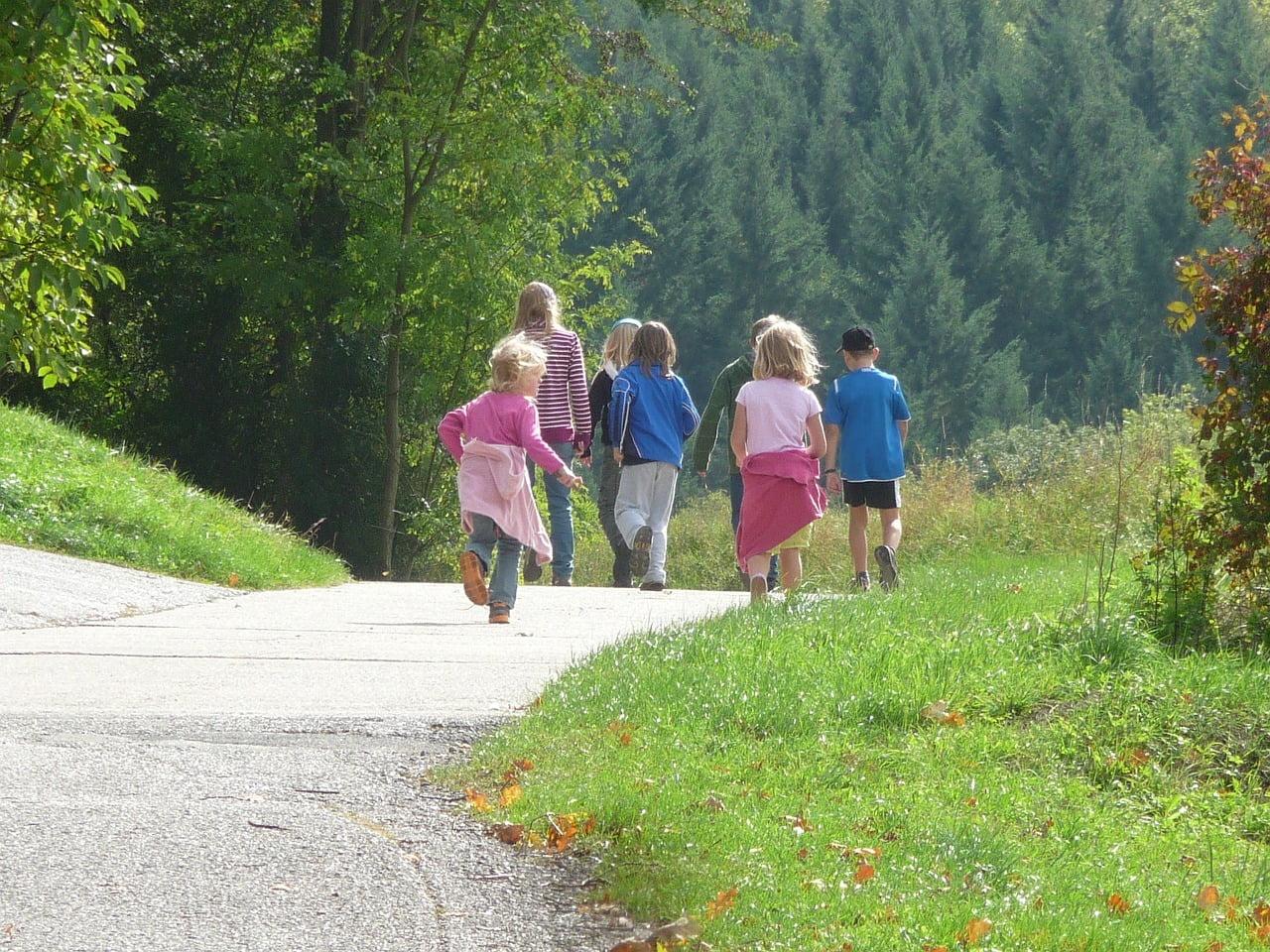 gyerekek kirándulnak