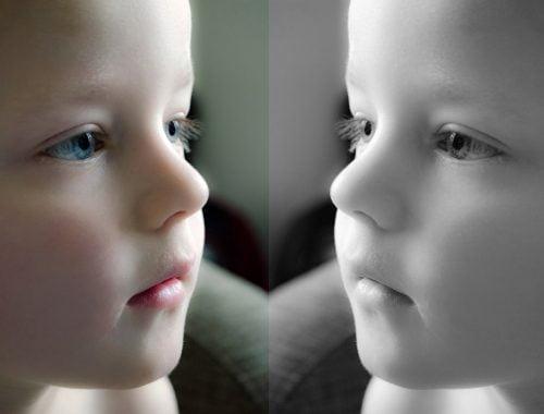 kép egy kisgyerekről fekete fehérben és színesben