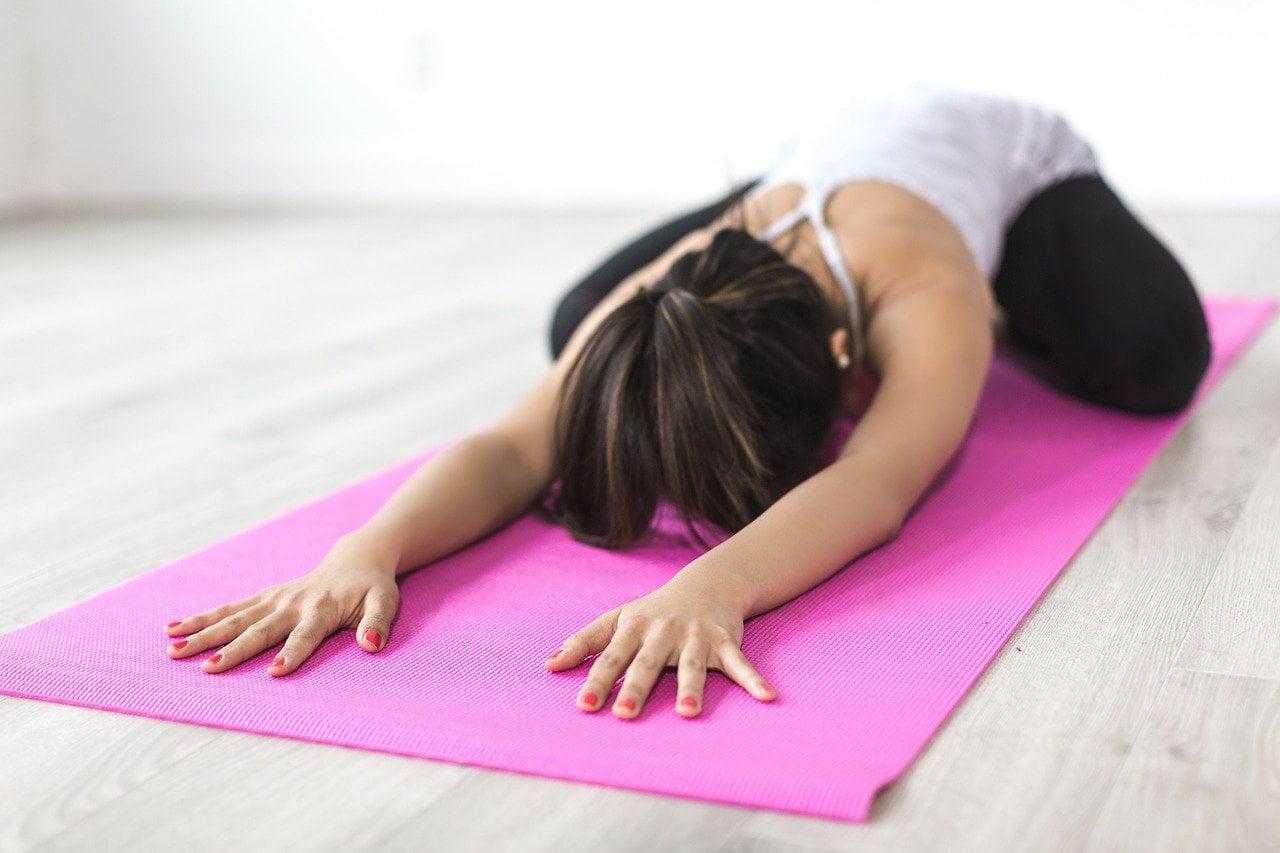 nő jógázik