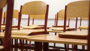 sorban álló üres székek