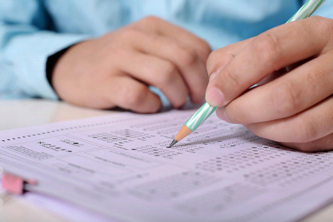 felvételi tesztet ír a diák