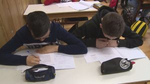 felvételi tesztet írnak a gyerekek