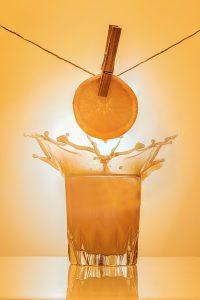 Egy pohár narancslé.