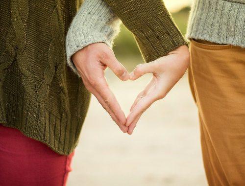 Férfi és női kéz szívet formál.