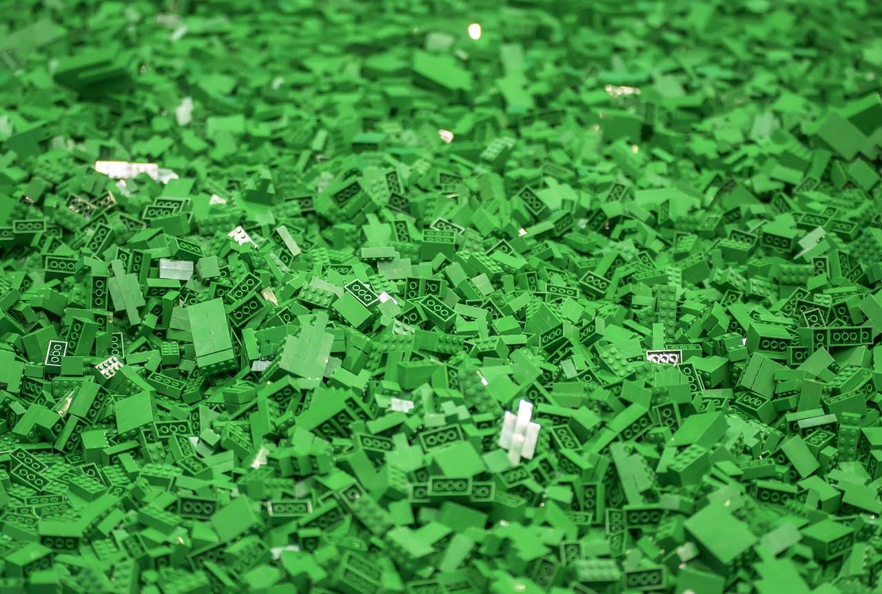 Zöld Lego kockák egy halomban.