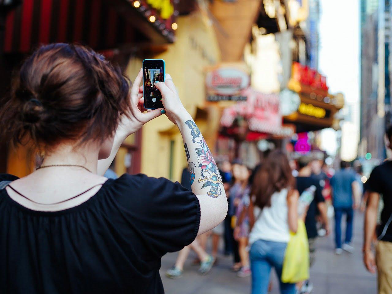Fiatal lány selfie-t készít