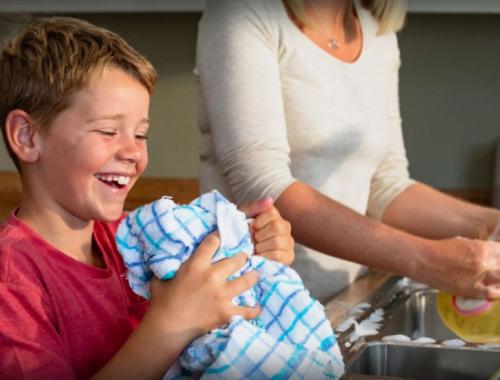 kisfiú mosogat az anyukájával otthon