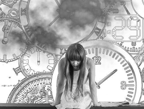 Szorongó lány órákkal a háttérben