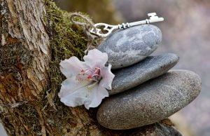 kövek, virágok, kulcs