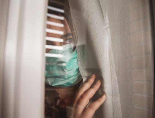 nő a függöny mögött bezárva - kijárási korlátozás