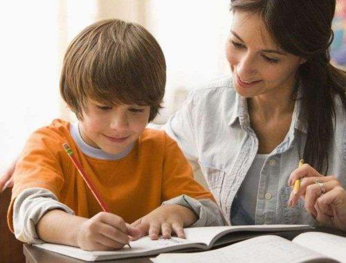 otthonoktatás - anya és gyerek együtt tanul otthon